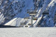 Σκιέρ βουνών ανελκυστήρων  έξι-καθισμάτων Ñ hairlift στο λόφο στις Άλπεις του Τυρόλου στοκ εικόνα με δικαίωμα ελεύθερης χρήσης