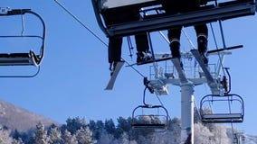 Σκιέρ και snouborders στην κλίση χιονιού στο χειμερινό χιονοδρομικό κέντρο Ανελκυστήρας σκι στο βουνό χιονιού Έννοια χειμερινής δ απόθεμα βίντεο