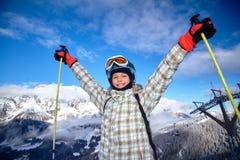 Σκιέρ κοριτσιών στο χειμερινό θέρετρο Στοκ Εικόνες
