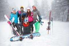 Σκιέρ να κάνει σκι στο βουνό Στοκ φωτογραφία με δικαίωμα ελεύθερης χρήσης