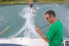 Σκιέρ νερού που προσχηματίζει να κάνει σκι νερού τον αθλητισμό στη λίμνη Στοκ Εικόνα
