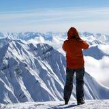 Σκιέρ πάνω από το χιονώδες βουνό Στοκ φωτογραφίες με δικαίωμα ελεύθερης χρήσης