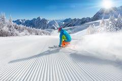 Σκιέρ που κάνει σκι προς τα κάτω στα υψηλά βουνά Στοκ Εικόνα