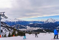Σκιέρ που κάνει σκι στο χιονοδρομικό κέντρο το χειμώνα Στοκ φωτογραφία με δικαίωμα ελεύθερης χρήσης