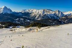 Σκιέρ που κάνει σκι στο χιονοδρομικό κέντρο το χειμώνα Στοκ εικόνα με δικαίωμα ελεύθερης χρήσης
