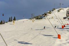 Σκιέρ που κάνει σκι στο χιονοδρομικό κέντρο το χειμώνα Στοκ Φωτογραφίες