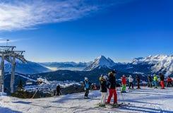 Σκιέρ που κάνει σκι στο χιονοδρομικό κέντρο το χειμώνα Στοκ Εικόνες