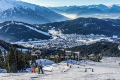 Σκιέρ που κάνει σκι στο χιονοδρομικό κέντρο το χειμώνα Στοκ Φωτογραφία