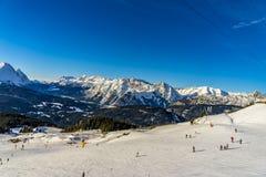 Σκιέρ που κάνει σκι στο χιονοδρομικό κέντρο το χειμώνα Στοκ φωτογραφίες με δικαίωμα ελεύθερης χρήσης