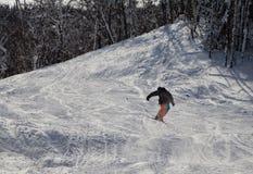 Σκιέρ που κάνει 360 στον αέρα Κρύα ηλιόλουστη χειμερινή ημέρα στο βουνό στοκ εικόνες