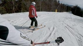 Σκιέρ που κάνουν σκι κάτω στις κλίσεις στο χιονοδρομικό κέντρο Bukovel φιλμ μικρού μήκους