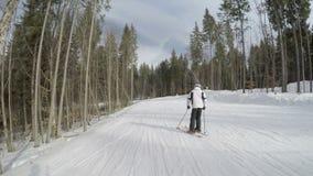 Σκιέρ που κάνουν σκι κάτω στις κλίσεις φιλμ μικρού μήκους