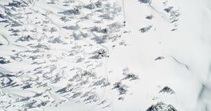 Σκιέρ που περπατούν σε ένα καλυμμένο χιόνι βουνό 4k φιλμ μικρού μήκους