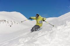 Σκιέρ που πηδά snowdrift στη βουνοπλαγιά σε Gudauri, Γεωργία στοκ φωτογραφία