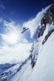 Σκιέρ που πηδά από το βουνό Στοκ φωτογραφία με δικαίωμα ελεύθερης χρήσης