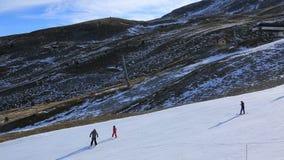 Σκιέρ σε μια κλίση με το τεχνητό χιόνι απόθεμα βίντεο