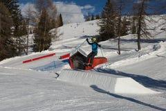 Σκιέρ στη δράση: Σκι που πηδά στο βουνό Snowpark Στοκ φωτογραφία με δικαίωμα ελεύθερης χρήσης