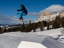 Σκιέρ στη δράση: Σκι που πηδά στο βουνό Snowpark Στοκ Εικόνα
