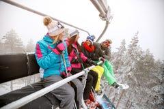Σκιέρ στον ανελκυστήρα που πηγαίνει να κάνει σκι Στοκ φωτογραφία με δικαίωμα ελεύθερης χρήσης