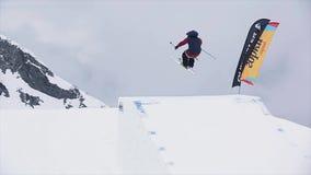 Σκιέρ στο ομοιόμορφο άλμα από την αφετηρία Ακραία ακροβατική επίδειξη βουνά χιονώδη πρόκληση Τοπίο απόθεμα βίντεο