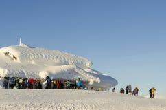 Σκιέρ στο χιονισμένο τερματικό ανελκυστήρων στοκ εικόνες