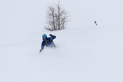 Σκιέρ Freeride που κάνει σκι στο βαθύ χιόνι σκονών Στοκ φωτογραφία με δικαίωμα ελεύθερης χρήσης