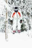Σκιέρ Freeride που πηδά στη χιονώδη κλίση Στοκ Εικόνες