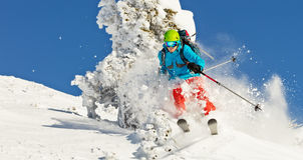 Σκιέρ Freeride στο χιόνι σκονών που τρέχει προς τα κάτω Στοκ Εικόνες