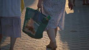 Σκιές, πόδια των ανθρώπων που περπατούν στην πόλη Πομπή οδών Ηλικιωμένη γυναίκα φιλμ μικρού μήκους