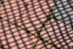 Σκιές σε μια τούβλινη διάβαση πεζών στοκ φωτογραφία