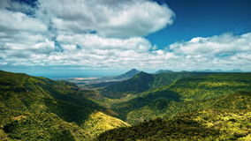 Σκιές σύννεφων πέρα από τους τροπικούς καλυμμένους τροπικό δάσος λόφους timelapse φιλμ μικρού μήκους