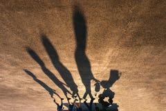 Σκιές της οικογένειας με το μωρό σε ένα καροτσάκι Στοκ φωτογραφία με δικαίωμα ελεύθερης χρήσης