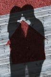 Σκιές του αγκαλιάσματος ζευγών Στοκ φωτογραφίες με δικαίωμα ελεύθερης χρήσης