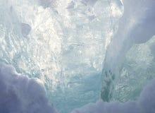 Σκιές του μπλε στην επιφάνεια πάγου Στοκ Εικόνες