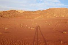 Σκιές του νέου ταξιδιώτη δύο στο ιορδανικό ρούμι Wadi ερήμων, Ιορδανία Το ρούμι Wadi έχει οδηγήσει στον προσδιορισμό του ως κόσμο Στοκ Φωτογραφίες