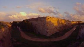 Σκιές των αυτοκινήτων στους τοίχους ενός μεσαιωνικού φρουρίου και μιας βαθιάς τάφρου στη σκιά φιλμ μικρού μήκους
