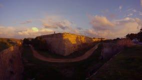 Σκιές των αυτοκινήτων στους τοίχους ενός μεσαιωνικού φρουρίου και μιας βαθιάς τάφρου στη σκιά απόθεμα βίντεο