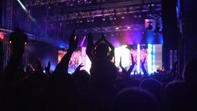 Σκιές των ευτυχών ανθρώπων που επιδοκιμάζουν στον τραγουδιστή στη συναυλία, σκιαγραφίες ακροατηρίων απόθεμα βίντεο