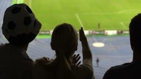 Σκιές των θηλυκών και αρσενικών οπαδών ποδοσφαίρου που παρουσιάζουν δυσαρέσκεια με το παιχνίδι στο στάδιο φιλμ μικρού μήκους