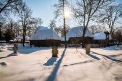 Σκιές των τάφων προγόνων που προστατεύουν το ρουμανικό χωριό στοκ εικόνες με δικαίωμα ελεύθερης χρήσης