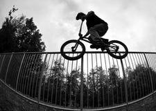 σκιαγραφία άλματος ποδηλάτων Στοκ φωτογραφία με δικαίωμα ελεύθερης χρήσης