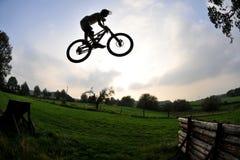 σκιαγραφία άλματος ποδηλάτων Στοκ εικόνες με δικαίωμα ελεύθερης χρήσης