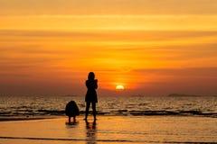 Σκιαγραφία 2 άνθρωποι στην παραλία Στοκ φωτογραφίες με δικαίωμα ελεύθερης χρήσης