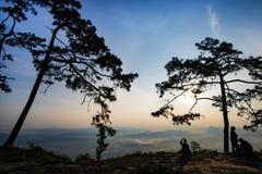 Σκιαγραφία ήρεμα του απότομου βράχου στην κοιλάδα και των βουνών με την ανατολή το πρωί Στοκ Εικόνες