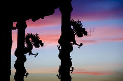 Σκιαγραφία αγαλμάτων δράκων με το συμπαθητικό ουρανό λυκόφατος Στοκ φωτογραφία με δικαίωμα ελεύθερης χρήσης
