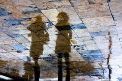 Σκιαγραφία αντανάκλασης της νέας γυναίκας δύο μια βροχερή ημέρα Στοκ φωτογραφία με δικαίωμα ελεύθερης χρήσης