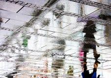 Σκιαγραφία αντανάκλασης της γυναίκας στη βροχερή οδό Στοκ Εικόνα