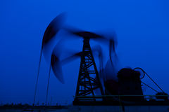 Σκιαγραφία αντλιών πετρελαίου Στοκ εικόνα με δικαίωμα ελεύθερης χρήσης