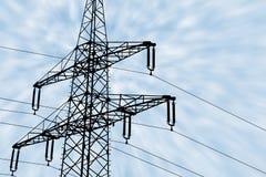 Σκιαγραφία απεικόνισης ενός ηλεκτροφόρου καλωδίου μπροστά από τα σύννεφα Στοκ Φωτογραφία