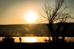 Σκιαγραφία από τη λίμνη στοκ φωτογραφίες με δικαίωμα ελεύθερης χρήσης